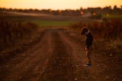 Weinig jongen werd verloren en er waren één dichtbij weg in de herfst royalty-vrije stock afbeelding