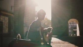 Weinig jongen zit op een ruiter van de paardlente Langzame Motie Leuk Kaukasisch jong geitje met een teddybeer alleen op ochtends stock video