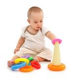Weinig jongen zitting en het spelen Stock Afbeeldingen