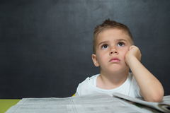 Weinig jongen zoals zakenman in bureau met krant Stock Foto's