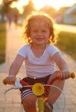 Weinig jongens berijdende fiets in de lentepark, het cirkelen Stock Fotografie
