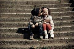 Weinig jongens kussend meisje Royalty-vrije Stock Foto
