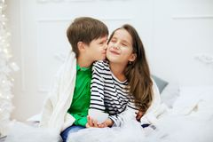 Weinig jongens kussend meisje Het concept liefde en Valentine Stock Fotografie