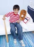 Weinig jongens speelhonkbal in bed Royalty-vrije Stock Afbeeldingen