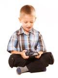 Weinig jongens speelspelen op smartphone Stock Foto