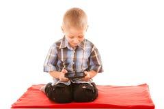 Weinig jongens speelspelen op smartphone Stock Foto's