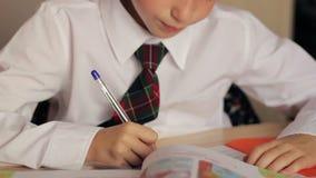 Weinig jongensclose-up van een schooljongen in een wit stock videobeelden