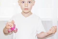 Weinig jongensholding friemelt spinner in hand close-up Royalty-vrije Stock Foto's