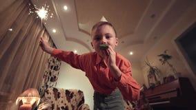 Weinig jongensholding sterretje en het blazen fluitje stock video