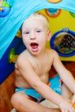 Weinig jongensplateren thuis Royalty-vrije Stock Foto's