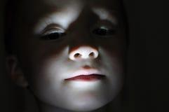 Weinig jongensportret in de donkere makende verschrikking Stock Afbeeldingen
