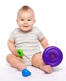 Weinig jongensspel met speelgoed Stock Foto