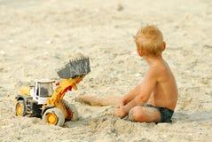 Weinig jongensspel op strand thÑ Royalty-vrije Stock Foto