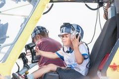 Weinig jongenszitting in cabine van helikopter mi-8 royalty-vrije stock afbeelding