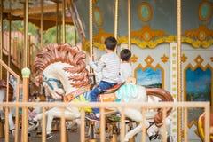 Weinig jongenszitting huwt binnen gaat rond in pretpark royalty-vrije stock foto's