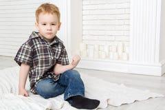 Weinig jongenszitting met zijn vuist en gedreigd Royalty-vrije Stock Foto