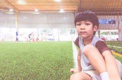 Weinig jongenszitting op het gebied van de voetbalsport Stock Afbeeldingen