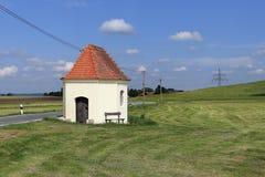 Weinig kapel dichtbij een weg Royalty-vrije Stock Fotografie