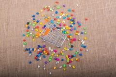 Weinig karretje amid Kleurrijke kiezelstenen Stock Afbeeldingen