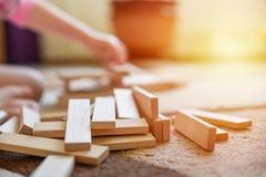 Weinig Kaukasisch de ontwikkelingsspel van het meisjesspel bij tapijt, houten speelgoed en de bouw stock foto
