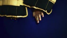 Weinig Kaukasische jongen tijdens fysiotherapie sluit omhoog handen met zwaargewicht op het stock footage
