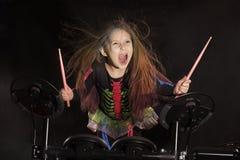 Weinig Kaukasische meisjesslagwerker die met multicolored haar de elektronische trommeluitrusting spelen Royalty-vrije Stock Afbeelding