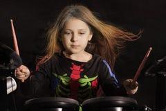 Weinig Kaukasische meisjesslagwerker die met multicolored haar de elektronische trommeluitrusting spelen Stock Fotografie