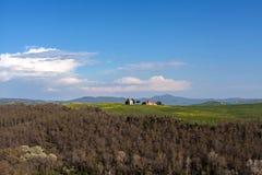 Weinig kerk in de heuvels van het gebied van Toscanië stock afbeeldingen