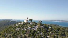 Weinig kerk in Kroatisch eiland stock video