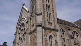 Weinig kerk in Pont D Ouilly Normandië Frankrijk, SCHUINE STAND stock videobeelden
