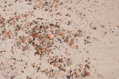 Weinig kiezelstenen in zand Royalty-vrije Stock Afbeeldingen