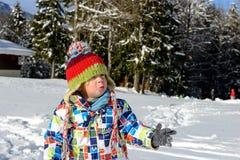 Weinig kind dat in de sneeuw speelt Stock Fotografie