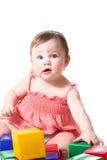 Weinig kind dat met kleurenblokken speelt Royalty-vrije Stock Foto