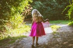 Weinig kind die in de aard lopen Royalty-vrije Stock Foto's