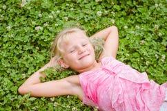 Weinig kind die een goede tijd hebben Stock Afbeeldingen