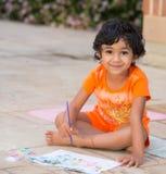 Weinig Kind die op een Terras schilderen Stock Afbeeldingen