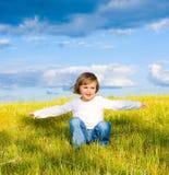 Weinig kind in een weide Royalty-vrije Stock Afbeelding