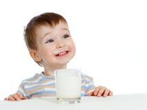 Weinig kind het drinken yoghurt of kefir over wit Royalty-vrije Stock Fotografie