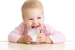 Weinig kind het drinken yoghurt of kefir over wit Stock Foto