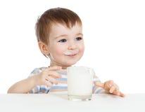 Weinig kind het drinken yoghurt of kefir over wit Stock Afbeeldingen