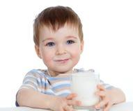Weinig kind het drinken yoghurt over wit Stock Foto