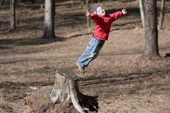 Weinig kind het springen Stock Afbeeldingen