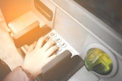 Weinig kind, jong geitje die SPELDaantallen op ATM-bankmachine ingaan Concept de onzekere online betalingen die van minderjarigen stock afbeeldingen