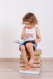 Weinig kind met boeken Stock Foto