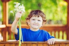 Weinig kind met een bloem in zijn hand Stock Afbeeldingen