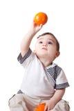 Weinig kind met een sinaasappel in zijn hand Royalty-vrije Stock Fotografie