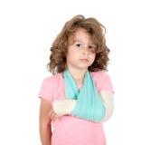 Weinig kind met gebroken hand Stock Afbeeldingen