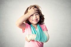 Weinig kind met gebroken hand Stock Foto