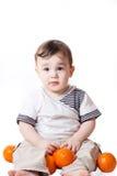 Weinig kind met sinaasappelen in zijn hand Royalty-vrije Stock Afbeelding