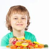 Weinig kind met snoepjes en suikergoed op witte achtergrond Royalty-vrije Stock Afbeelding